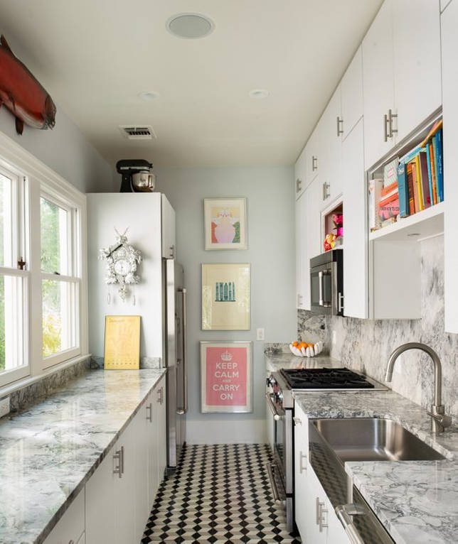 Белые часы с кукушкой в интерьере кухни