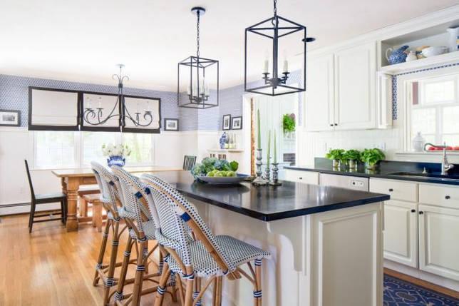 Красивые барные стулья в дизайне кухни морского стиля