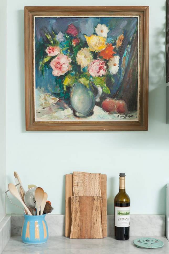 Настоящие картины придадут чувства роскоши интерьеру кухни