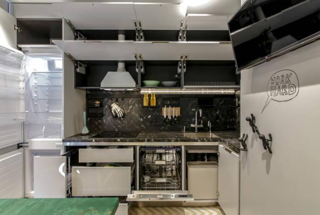 холодильник в интерьере кухни площадью 10 кв