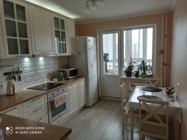 Светлая кухня с выходом на балкон
