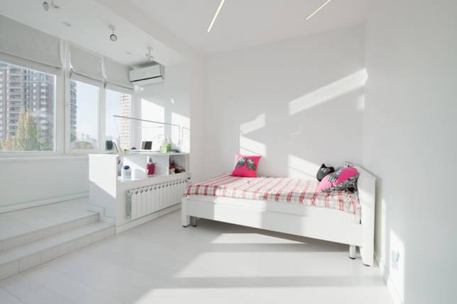 белая спальня, совмещенная с балконом