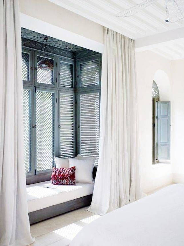 Дизайн спальни с балконом — расширение и зонирование комнаты (20 фото)