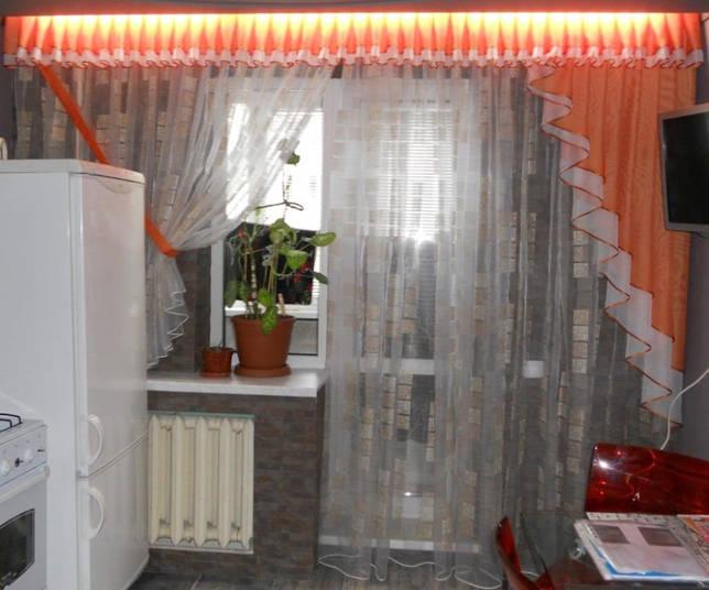 Большей популярностью пользуются мобильные перегородки или легкие шторы, которые при необходимости легко убираются
