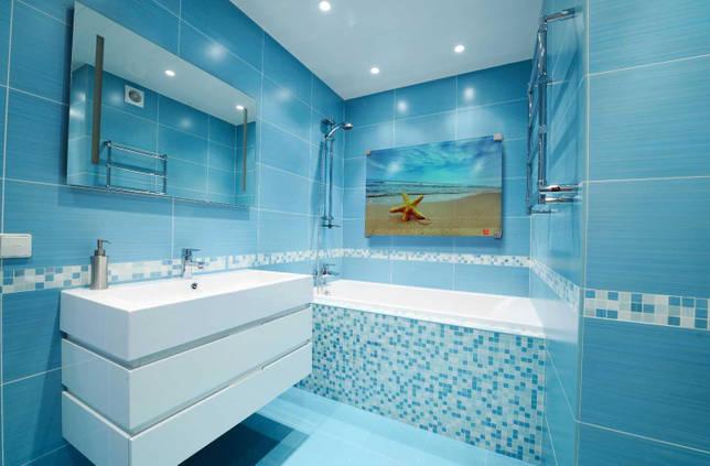 Бело-голубая ванная комната без унитаза в морском стиле