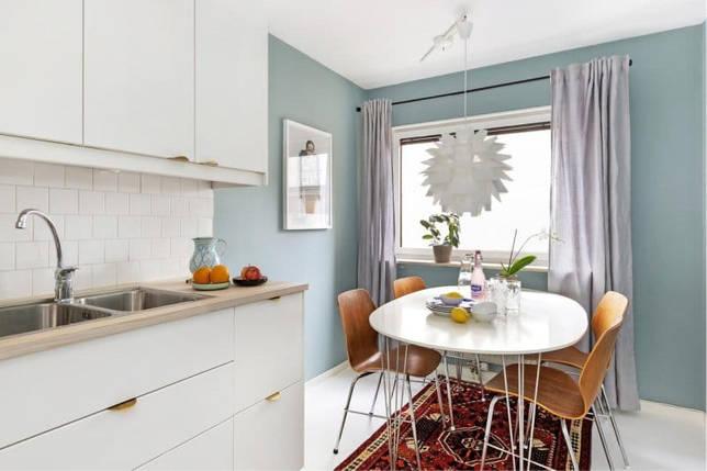 Ковер в интерьере голубой кухни
