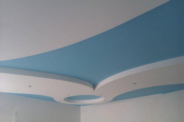 гипсокартонная подвесная конструкция голубого цвета