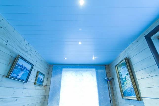 реечная потолочная конструкция голубого цвета