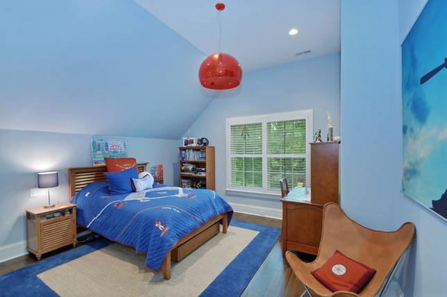 окрашенный потолок голубого цвета