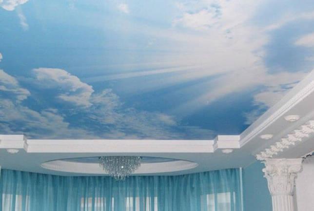 голубой натяжной потолок в интерьере