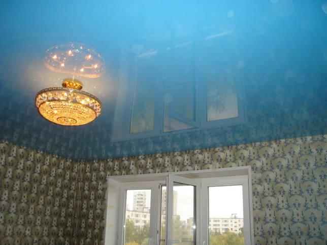глянцевое натяжное полотно голубого цвета