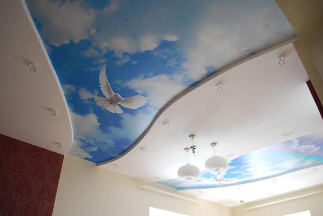 Потолок с рисунком неба и облаков
