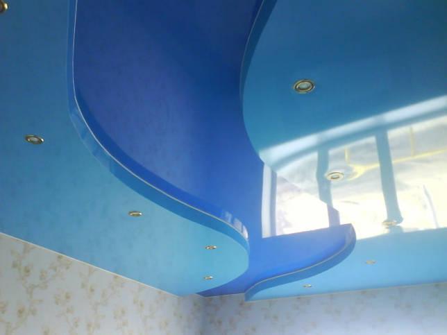 двухуровневая натяжная конструкция голубого цвета