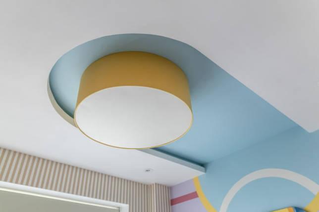 бело-голубая потолочная конструкция с люстрой