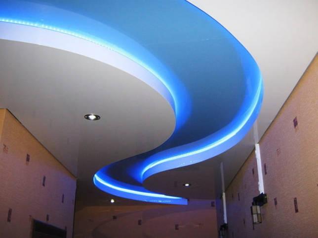 бело-голубая потолочная конструкция с подсветкой