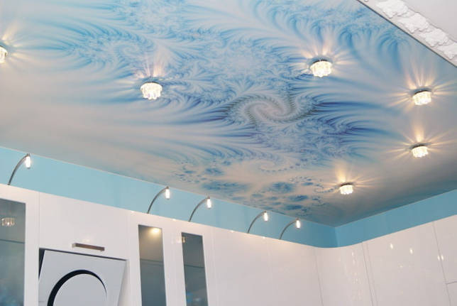 бело-голубая потолочная конструкция с точечными светильниками