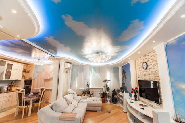 голубая потолочная конструкция в гостиной