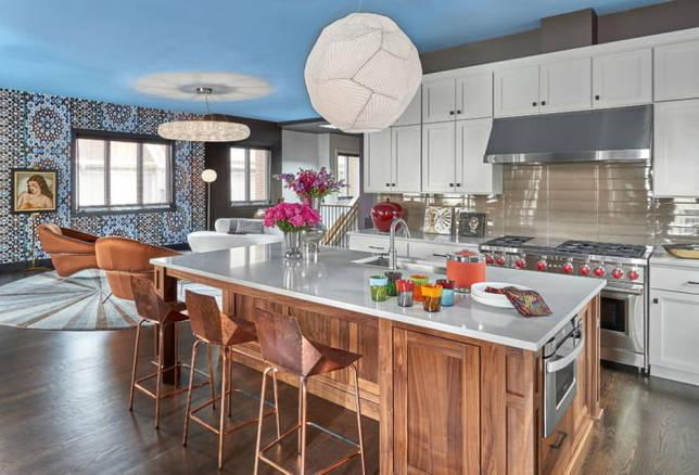 голубая потолочная конструкция на кухне