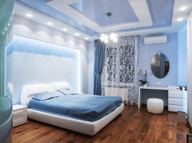 голубая натяжная конструкция в спальне