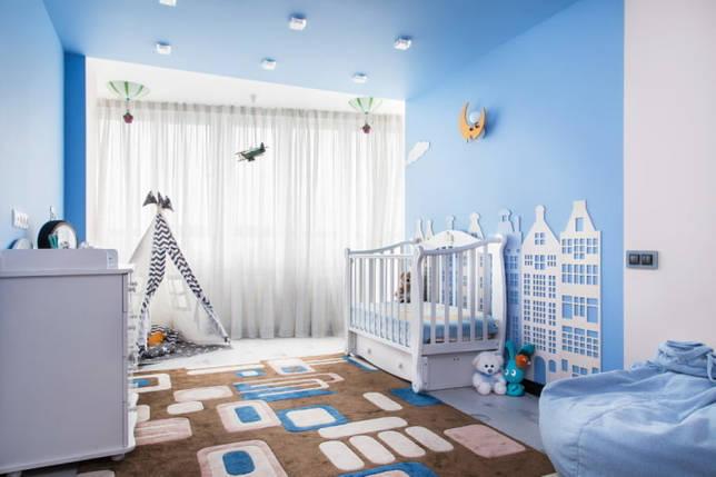 голубая потолочная конструкция в детской