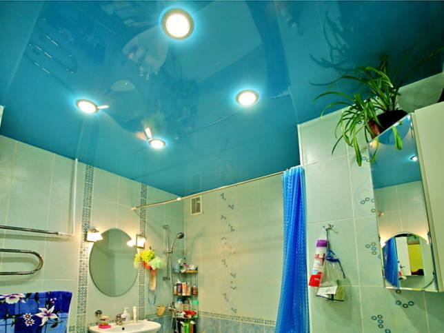голубое натяжное полотно в ванной