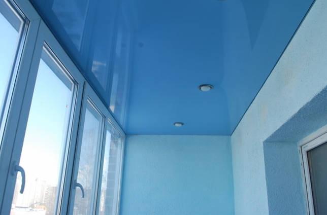 голубое натяжное полотно на лоджии