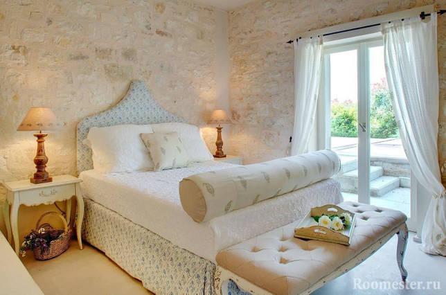 Отделка стен грубым камнем в интерьере греческого стиля