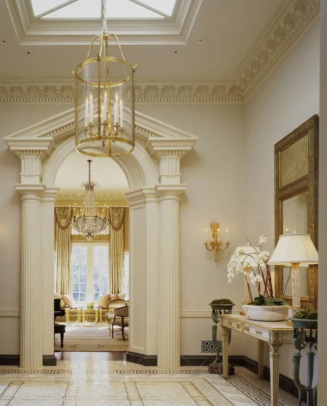 Высокие потолки в интерьера греческого стиля подчеркивают величество эпохи, создают ощущение возвышенности