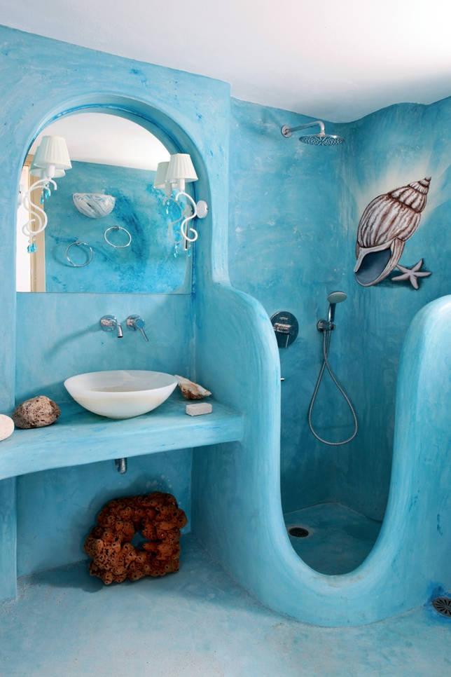 Ванная комната с покрашенными в голубой цвет стенами и полом - традиционная черта греческого стиля