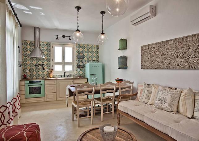 Простота мебели великолепно компенсируется за счёт декоративных аксессуаров