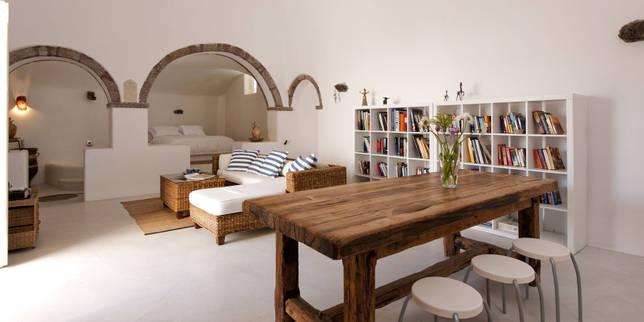 Квартира-студия в греческом стиле, где арочные проемы и натуральные материалы формируют уютное пространство для жизни