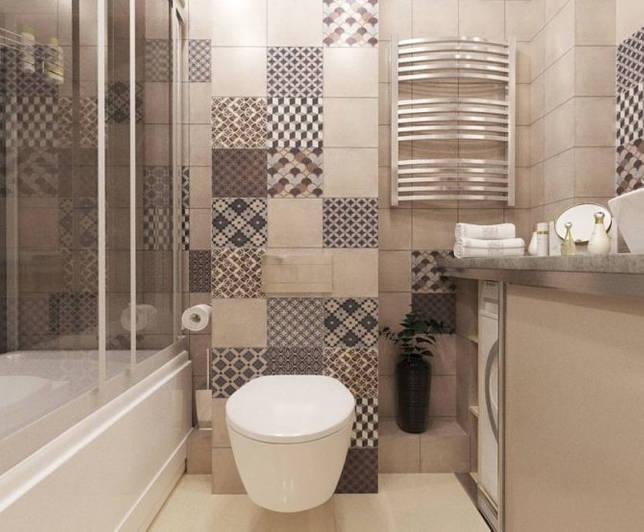 Бежевый туалет с ванной с оформлением пэчворк