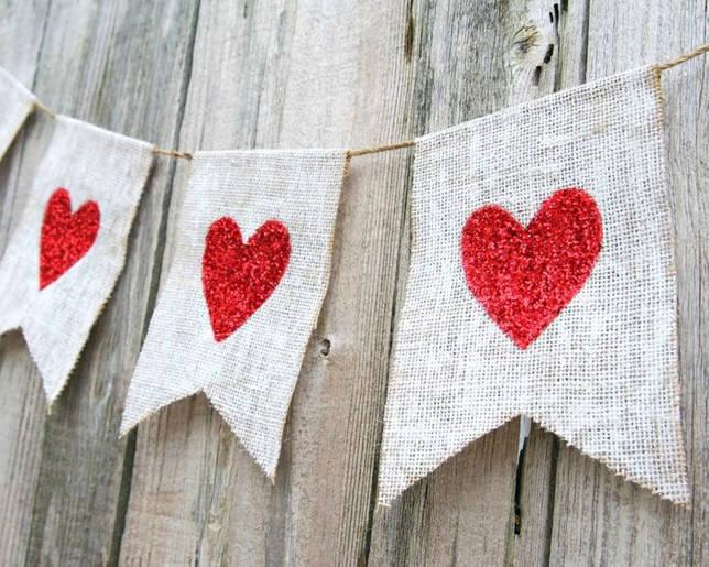 Украшаем стены флажками с сердечками на день влюбленных