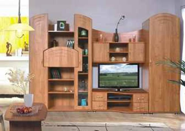 Интерьер гостиной с мебелью цвета ольха