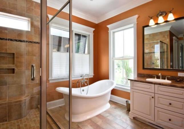 Оранжевая ванная комната с деревом