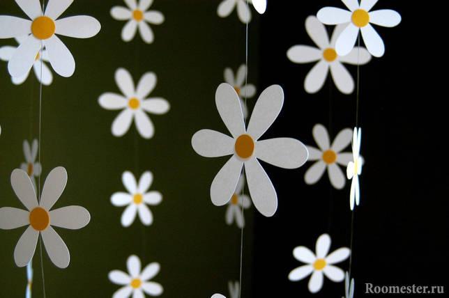 Вертикальная гирлянда из бумажных ромашек