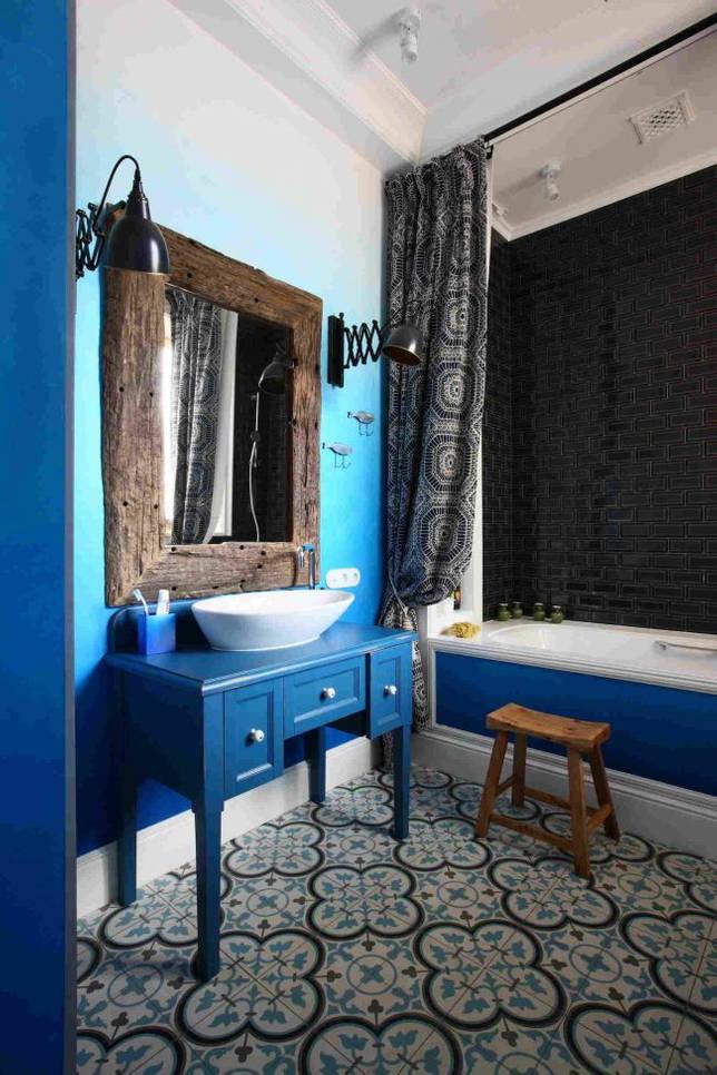 Сказочная синяя ванная с орнаментальной плиткой и винтажными элементами мебели