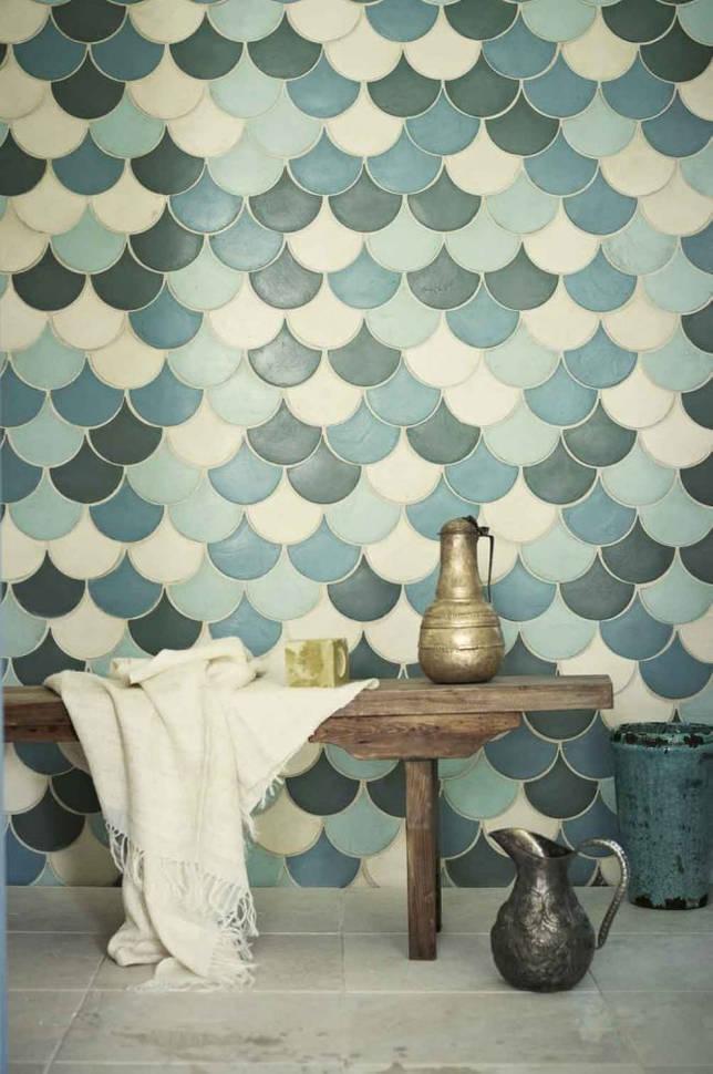 Плитка разных оттенков белого и синего в пастельных тонах в необычной ванной с восточными мотивами