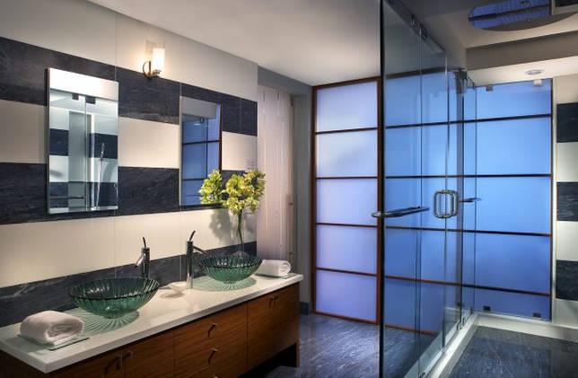 Просторная ванная с подсветкой в душе и освещением у зеркала