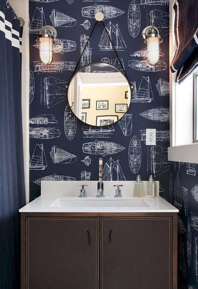 Отличным вариантом решения дополнительного освещения для ванной в темных синих тонах станут бра по обе стороны зеркала для максимального удобства