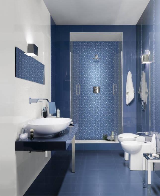 Ванная в мягком синем оттенке с мелкой плиткой в душе