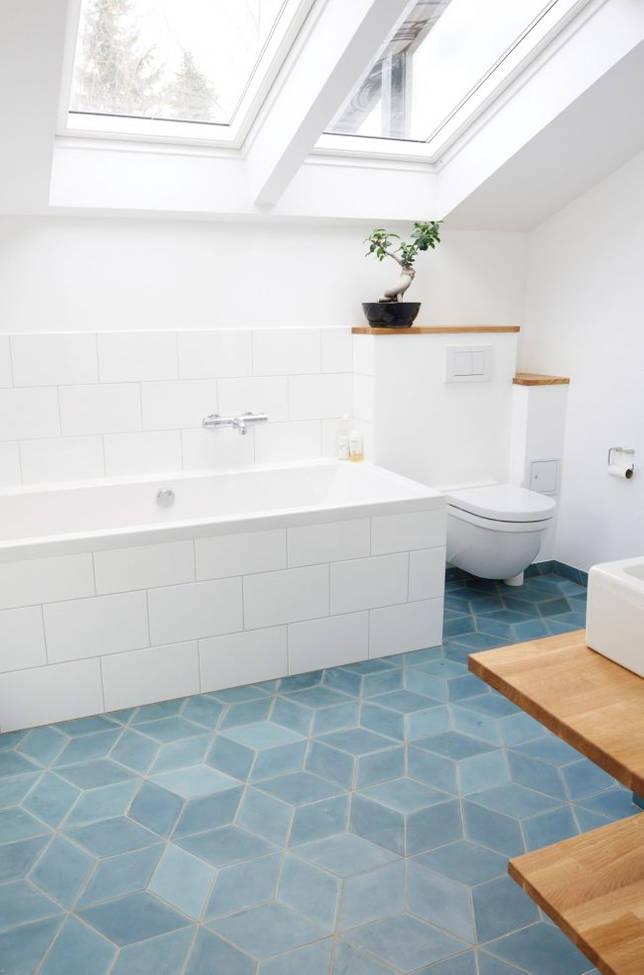 Просторная ванная в минималистическом духе с геометрической плиткой в пастелных синих тонах