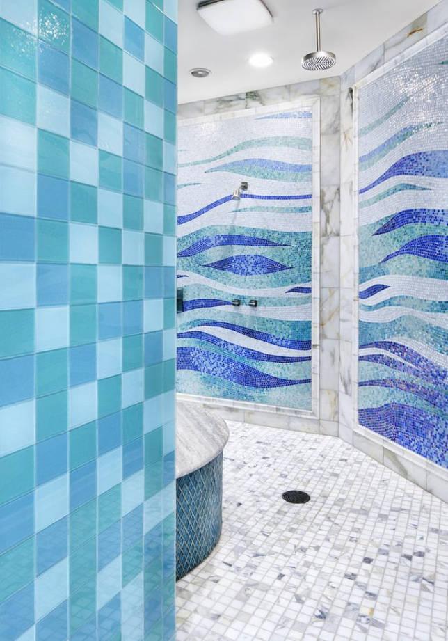 Необычная мозаичная плитка в синей ванне