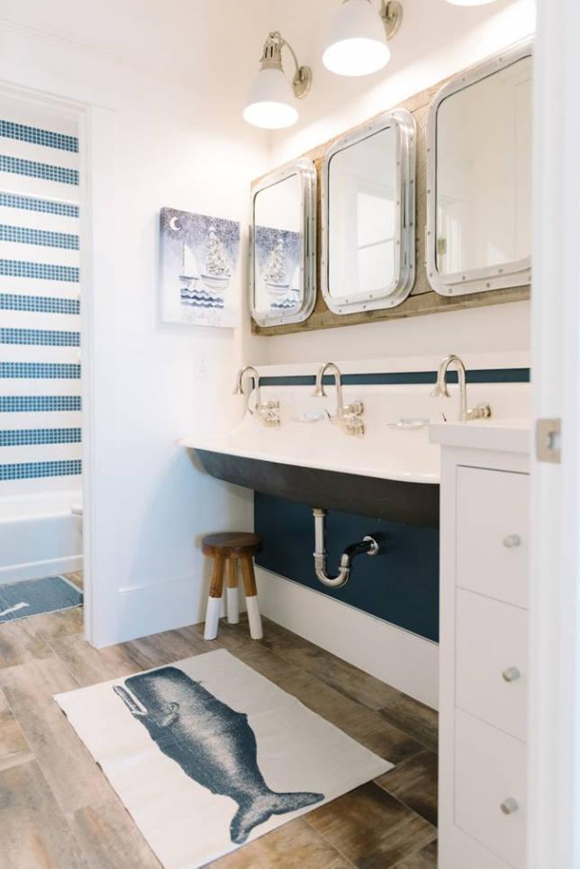 Очень важно обеспечить достаточное освещение в ванной комнате. Например: как на фото - большие лампы дневного света над зеркалом