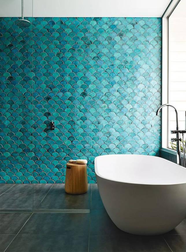 Оригинальная плитка необычной формы очень красивого оттенка в просторной ванной