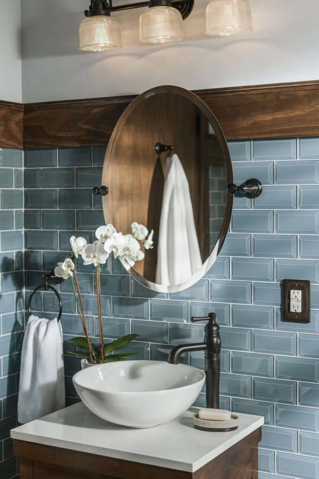 Атмосферные винтажные элементы в том числе и необычный кран в синей ванной