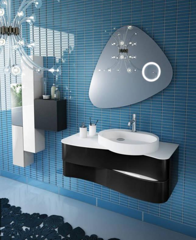 Необычное решение для раковины в современной ванной комнате в синих тонах