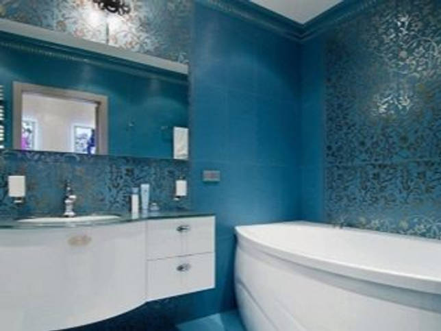 Синяя плитка в интерьере ванной комнаты и кухни (24 фото)